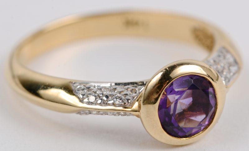 Een 14 karaats geel gouden ring bezet met een centrale amethist van ± 0,50 ct. en briljantjes met een gezamenlijk gewicht van ± 0,10 ct.