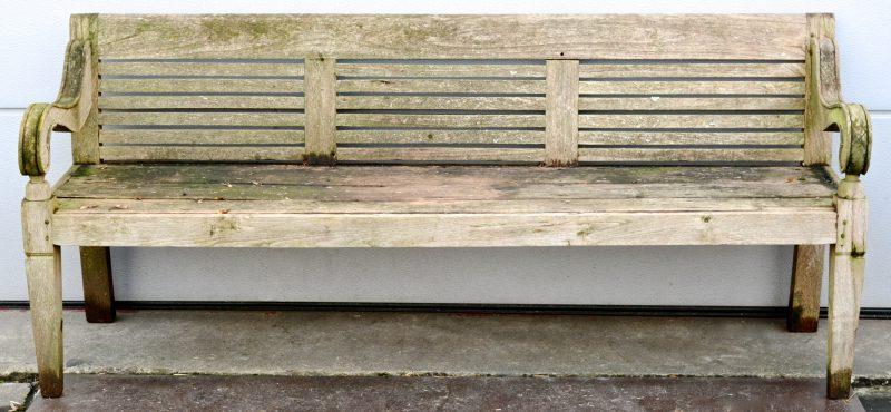 Een houten tuinbank. Op te frissen.