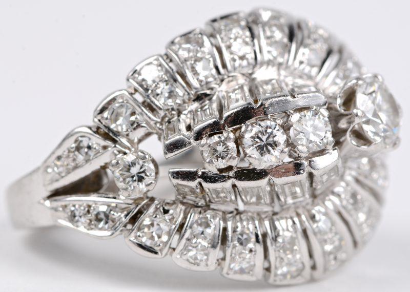 Een 18 karaats wit gouden ring bezet met diamanten en baguettes met een gezamenlijk gewicht van ± 2 ct.