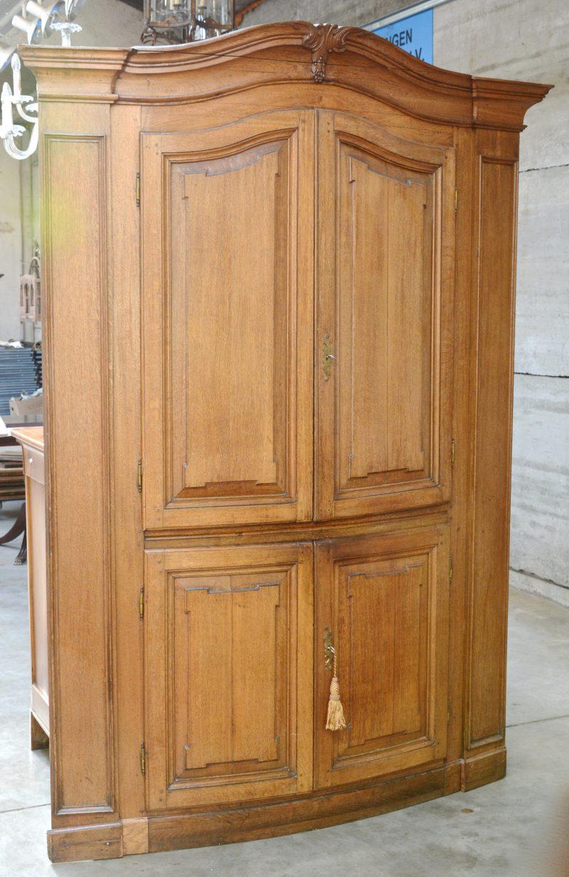 Een antiek eikenhouten front van een ingemaakte kast met vier deuren, later omgebouwd tot kast.