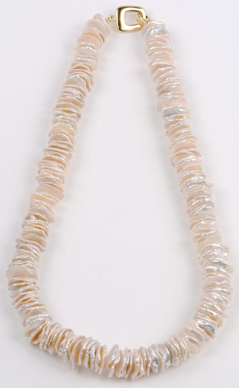 Een halssnoer met schijfjes zoetwaterparels.