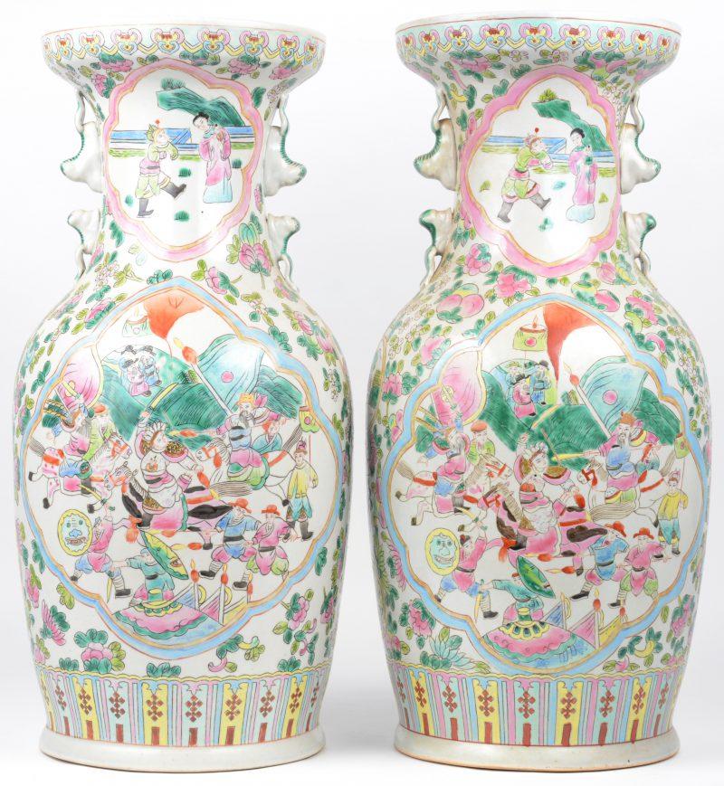 Een paar vazen van meerkleurig Chinees porselein met een decor van krijgers en personages aan het hof in cartouches. Onderaan gemerkt.