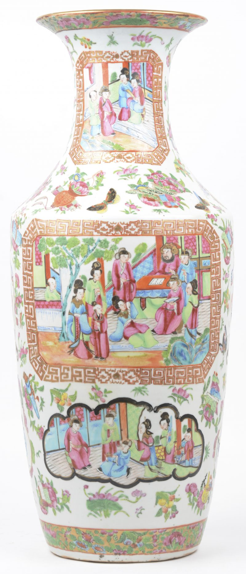Een vaas van Cantonporselein met een meerkleurig decor van een klasscène in cartouces op achtergrond van bloemen en vlinders. XIXe eeuw.