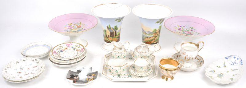 Een lot XIXe eeuws Frans en Brussels porselein, bestaande uit een paar vazen met handgeschilderde decors, (Eén hersteld) en twee tazza's met bloemendecors. een theeserviesje, schoteltjes, enz.