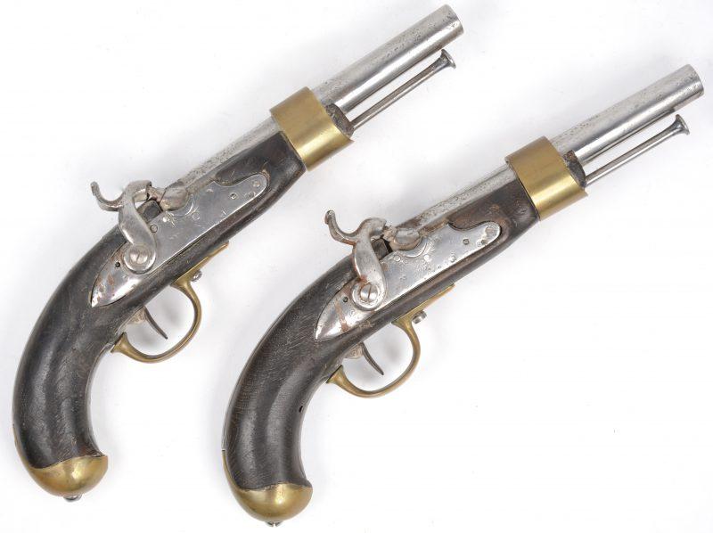 Een paar antieke percussiepistolen met notenhouten kolf. Met messingen details. XIXde eeuw. Loop gemerkt met een hoofdletter B.
