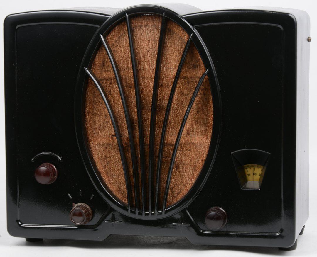Een oude radio in bakelieten kast. Type 964AS. Bouwjaar 1933.