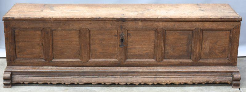 Een lage eikenhouten koffer. XIXe eeuw.