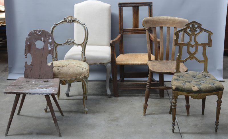 Een lot van zes verschillende stoelen.