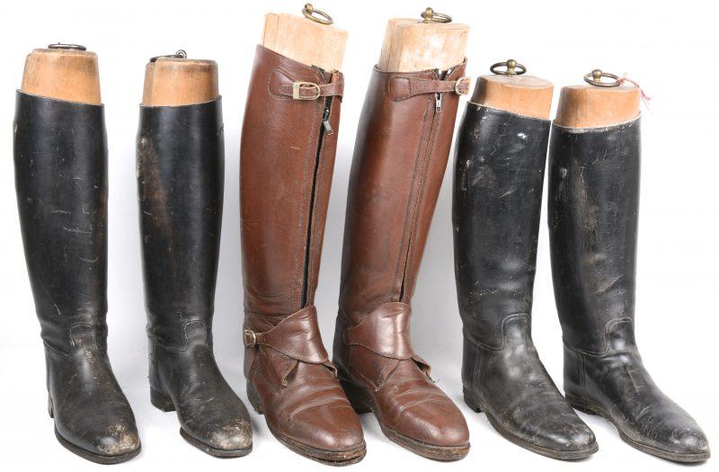 Drie paar lederen ruiterslaarzen met houten leest.