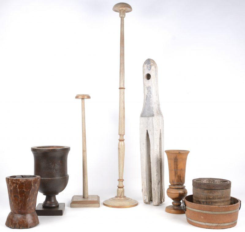 Een lot houten voorwerpen, bestaande uit twee hoedenstaanders, drie gedraaide siervazen op voet, twee tijltjes en een spoel(?).
