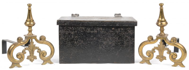 Een klein brandkastje (zonder sleutel) en twee vuurbokken van ijzer en messing.