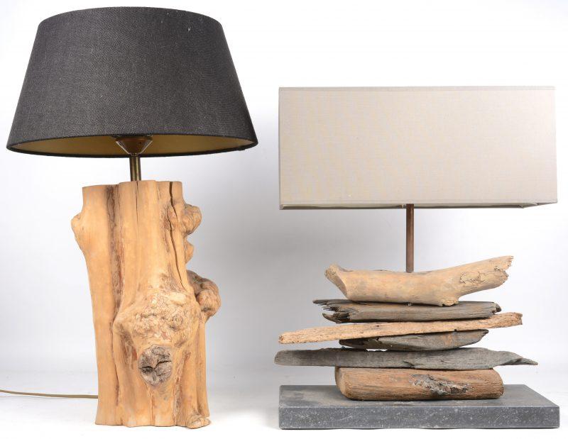Twee tafellampen, waarbij één met wortelhouten voet en de andere met een voet, opgebouwd uit drifthout en op arduin.