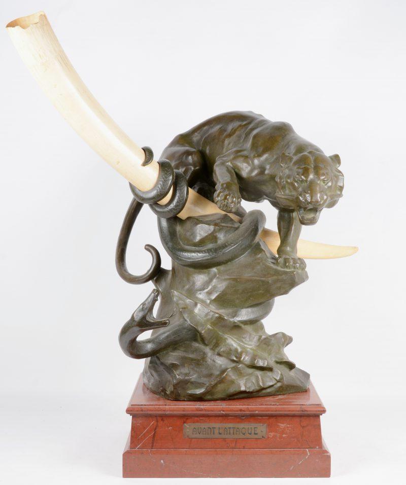 """""""Avant l'Attaque"""". Bronzen beeld met ivoor en op marmeren voetstuk. Gesigneerd en met gieterijmerk """"Jamais, Anvers""""."""