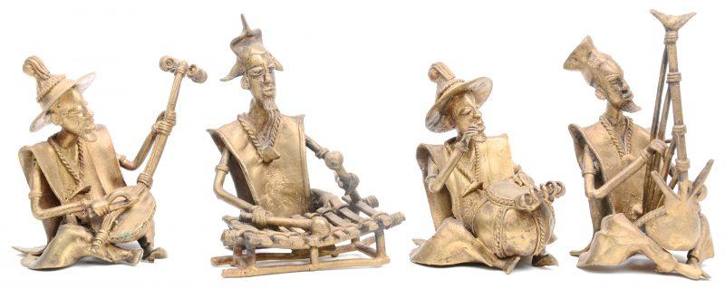 Een lot van vier muzikanten van brons. Benin.