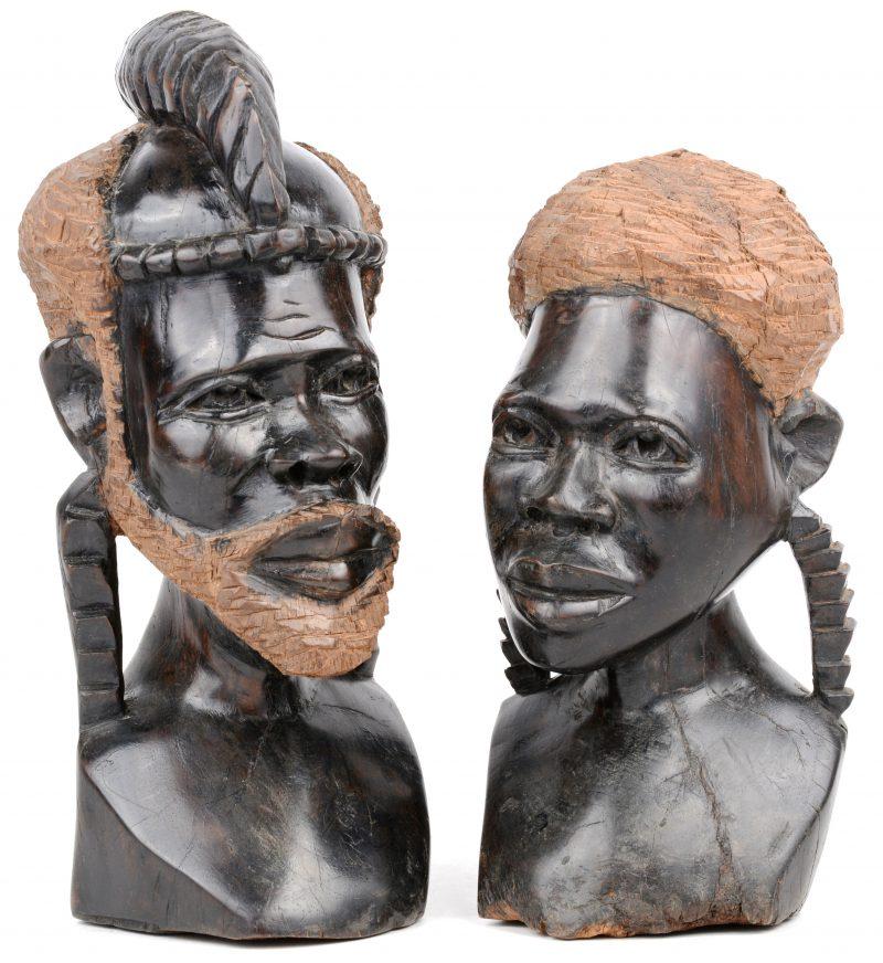 Een vrouwen- en een mannenbuste van gebeeldhouwd Afrikaans hout.