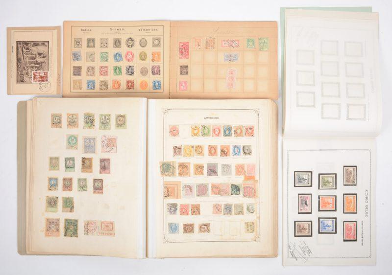 """Lot postzegels: een groot voorgedrukt losbladig album met Belgische en internationale gefrankeerde zegels, overwegen XIXde en begin XXste eeuw. Evenals een boekje """"Gevaert"""" uit 1957 met een postfrisse reeks """"Beroemde Figuren"""", Een album met """"Congo Belge et Ruanda-Urundi, collection complète à partir de 1940"""" met certificaat. Envelop met een reeks """"Achel 1948"""" op kaarten, poststempel 1949 e.a. """"Album illustré..."""" met talrijke internationale zegels uit de XIXde eeuw. En nog twee folders met zegel (Oostende 1954 en Helvetia 1959)."""