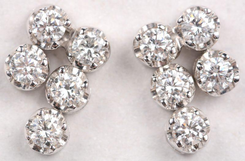 Een paar 18 karaats wit gouden oorbellen bezet met briljanten met een gezamenlijk gewicht van +- 0,50 ct.