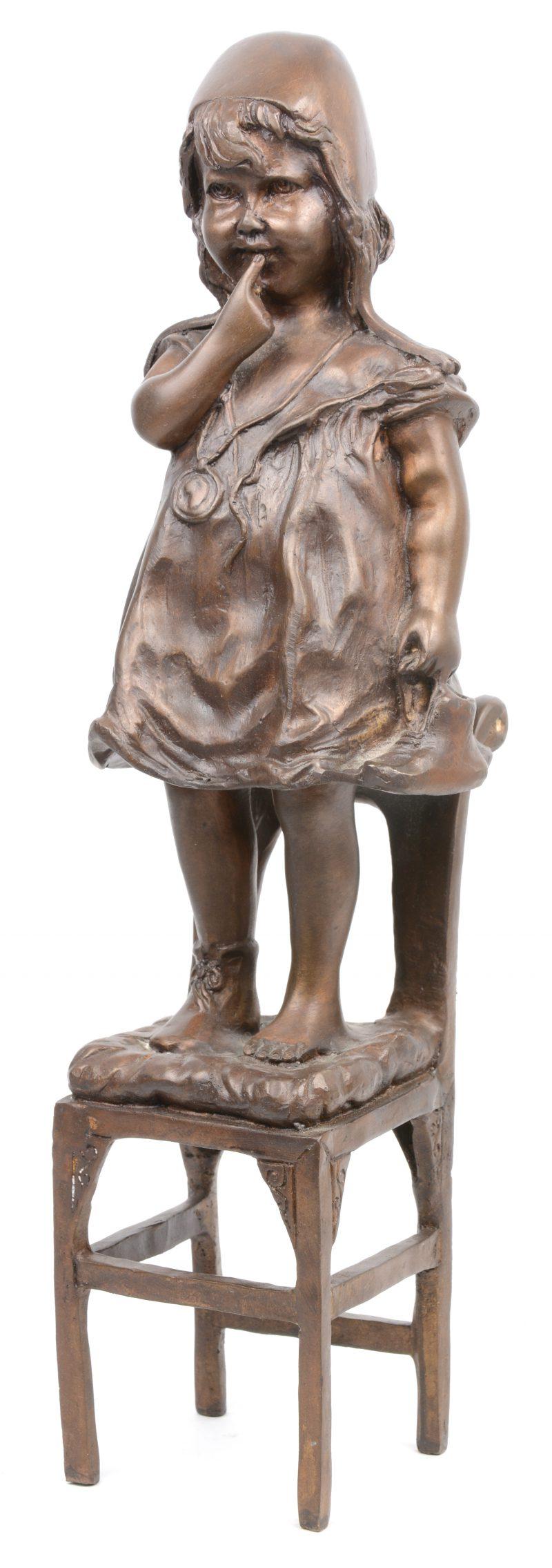 Een bronzen beeldje van een klein meisje op een stoel. Achteraan toegeschreven aan Auguste Moreau, maar naar een werk van Juan Clara.