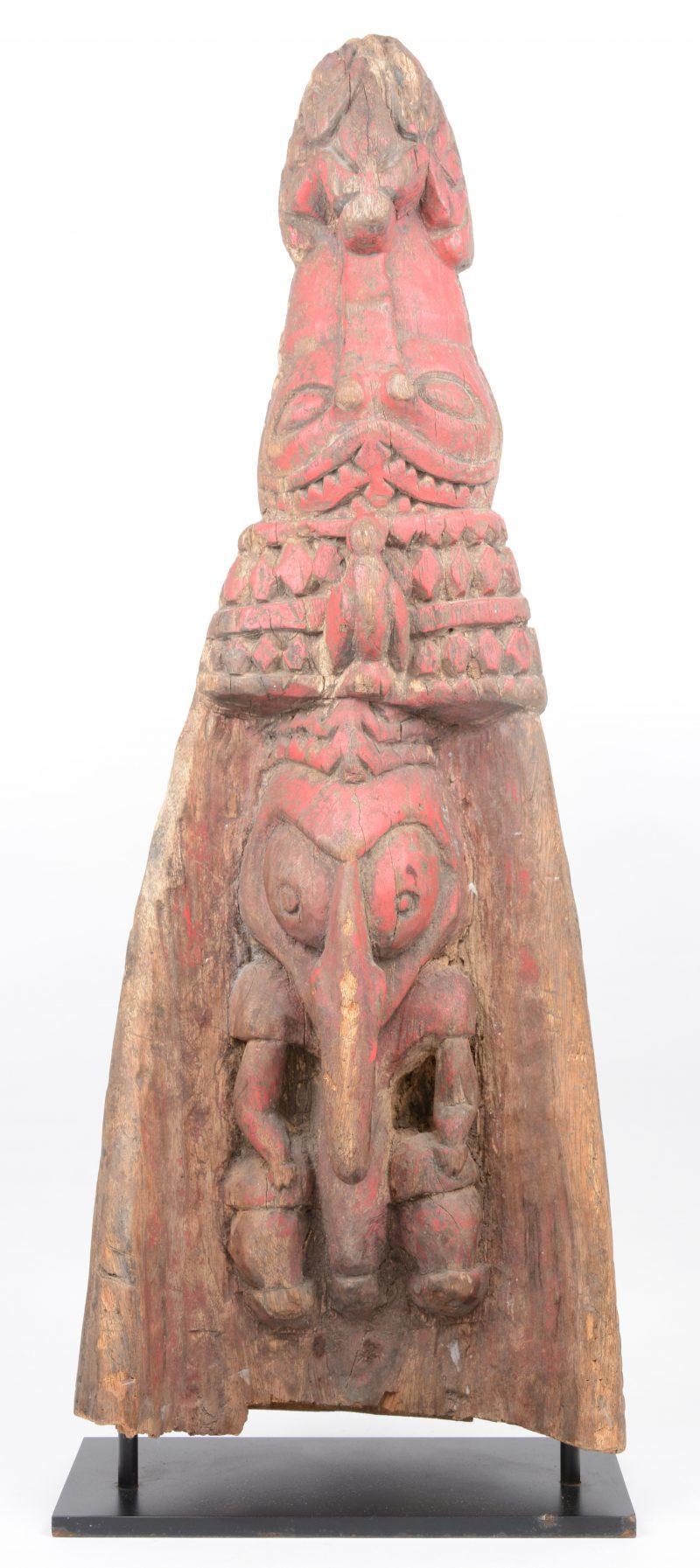 Boeg van een Sepik prauw van gebeeldhouwd en gepolychromeerd hout in de vorm van een krokodillenkop en diverse dieren.