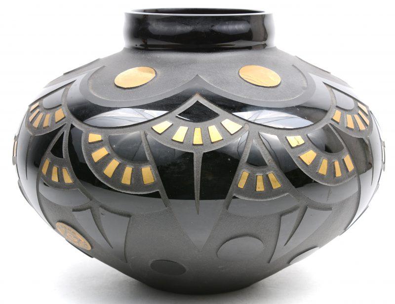 Een afgeplatte bolle art déco vaas in zwart en verguld. Gemerkt.