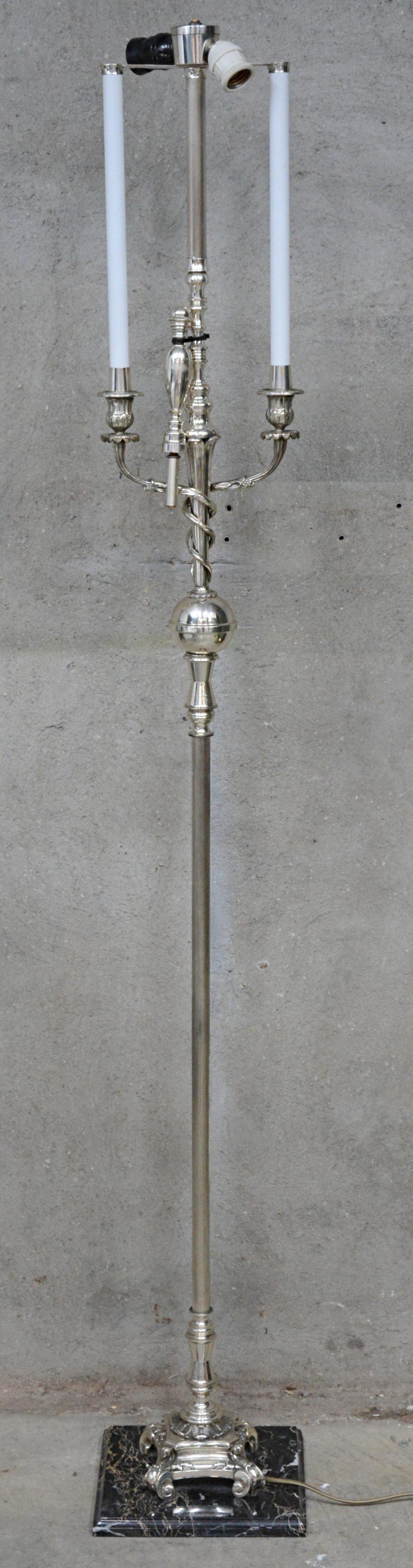 Een verchroomd metalen staande lamp.