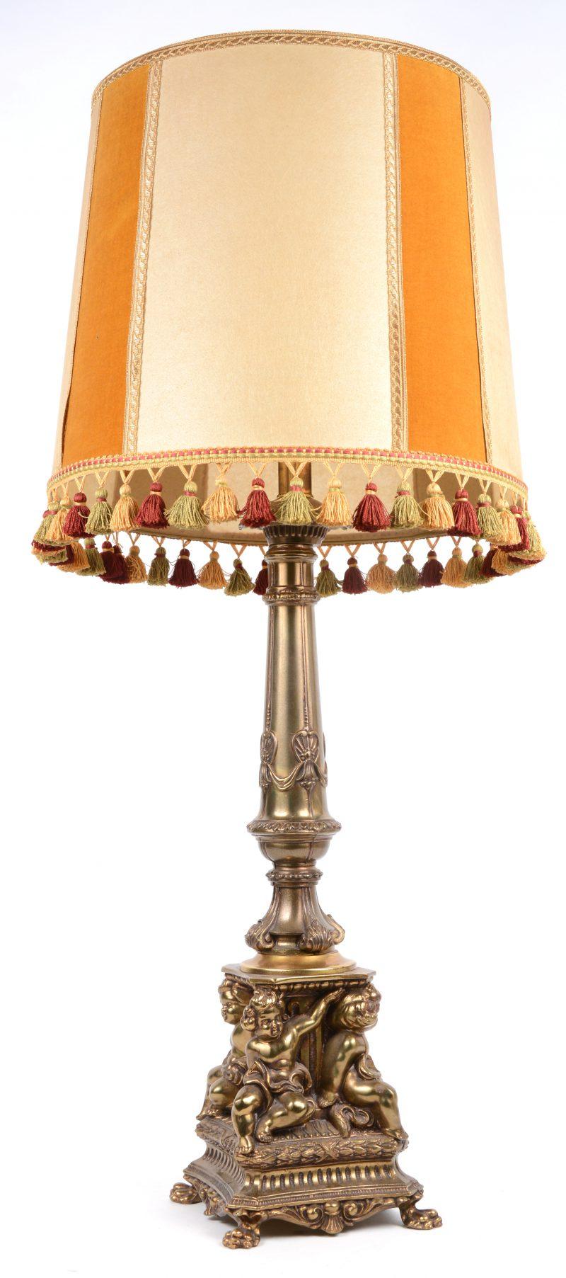 Een messingen lampenvoet in barokke stijl, gedragen door vier putti.