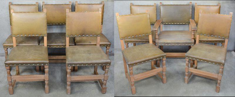Een reeks van tien eikenhouten stoelen met lederen zit en rug, waarbij één armstoel.
