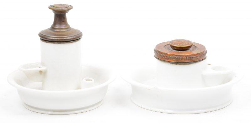 Twee porseleinen pompinktpotjes met koperen deksel. Eén met randschade.