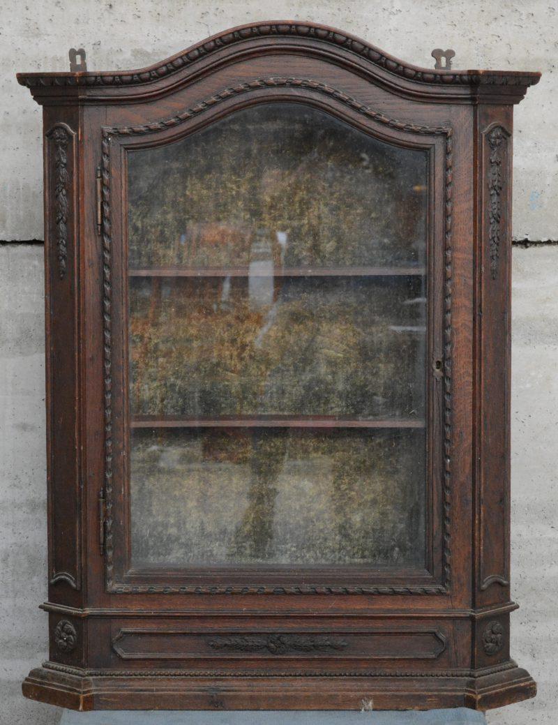 Een Lodewijk XVI-inspiratie hangvitrine met één deur. Omstreeks 1900.