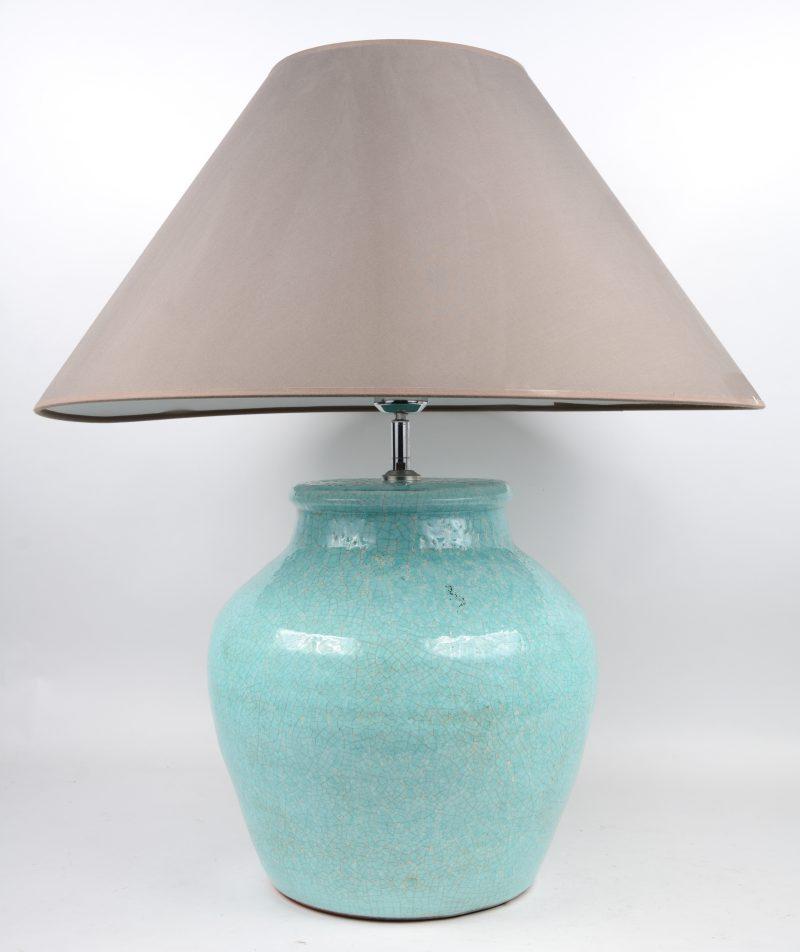 Een lampvoet van blauw crackleware.