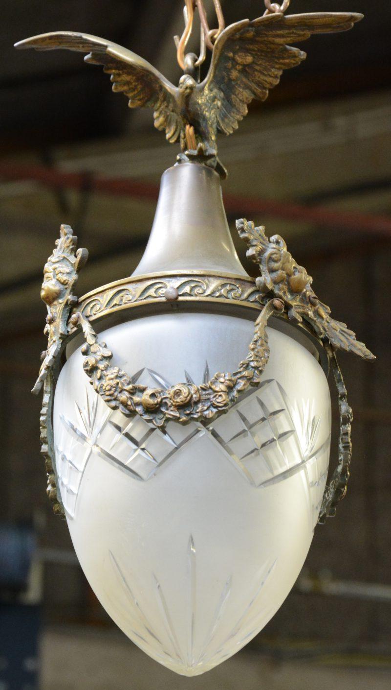 Een Napoleon III hallantaarn, versierd met guirlandes en getooid met een adelaar. Met geslepen en gesatineerde coupe.