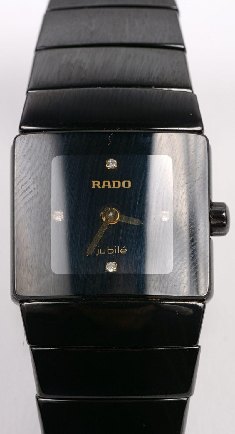 Een dameshorloge van zwart glazend keramiek en titanium. Model Jubilé. Met extra schakeltje.