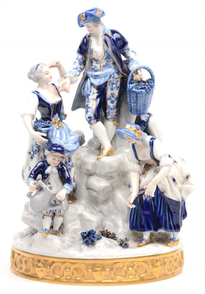 Een groep van blauw-wit en verguld Duits porselein met zes personages. Achteraan gemerkt.