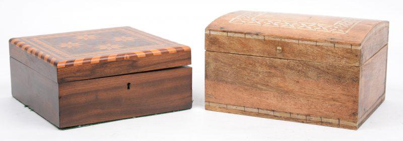 Een paar fruithouten doosjes, waarbij één versierd met inlegwerk.