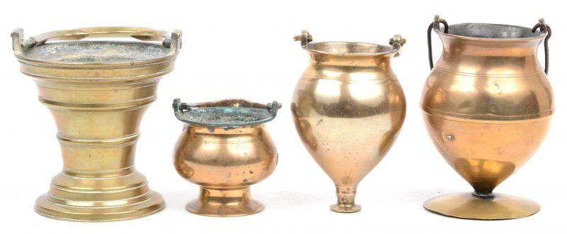 Een reeks van vier wijwatervaatjes. XVIe, XVIIe en XVIIIe eeuw.