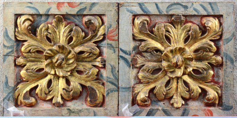 Twee barokke meubelpaneeltjes van gebeeldhouwd, verguld en gepolychromeerd hout.