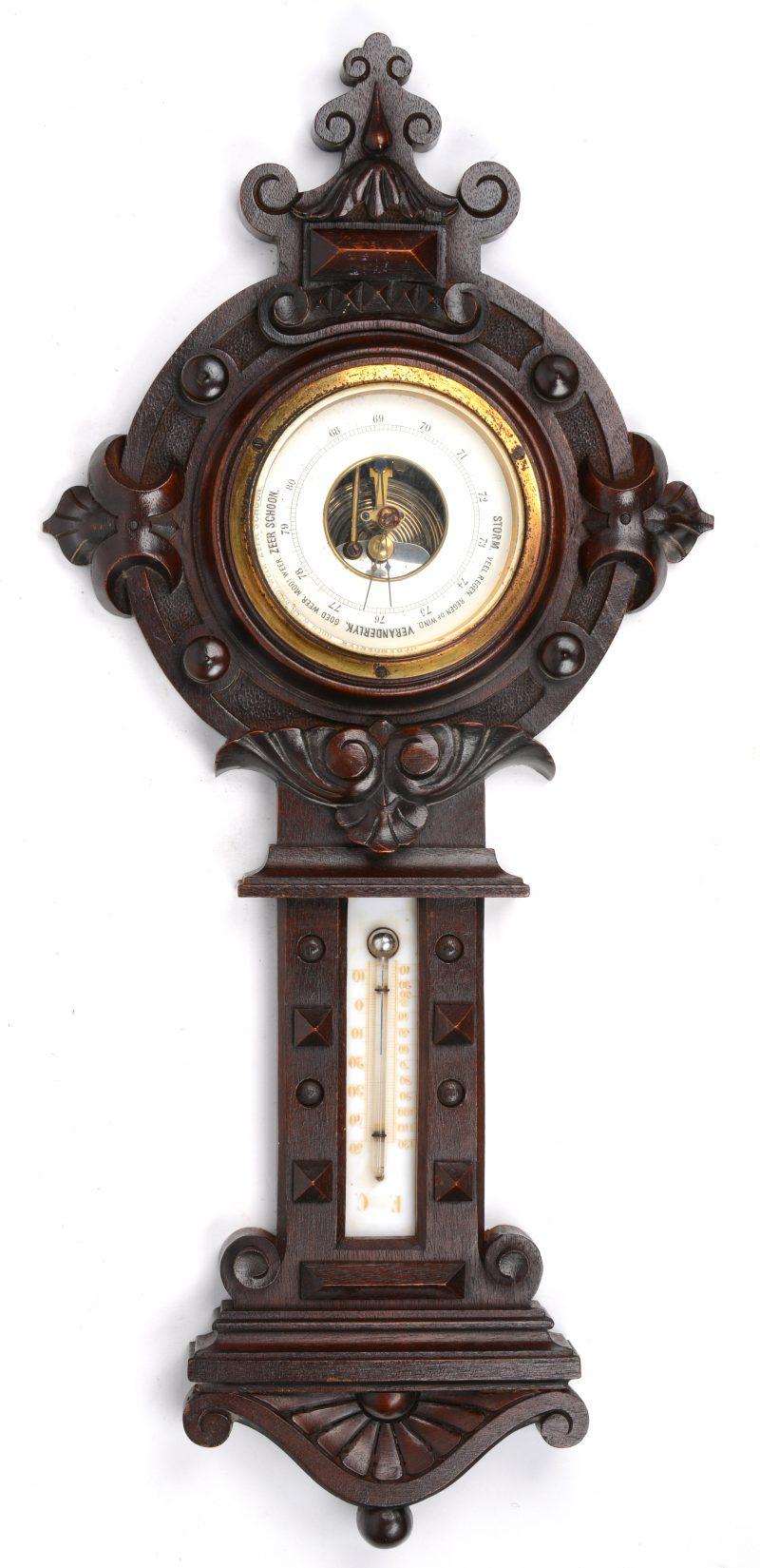 Een barometer van gebeeldhouwd hout.