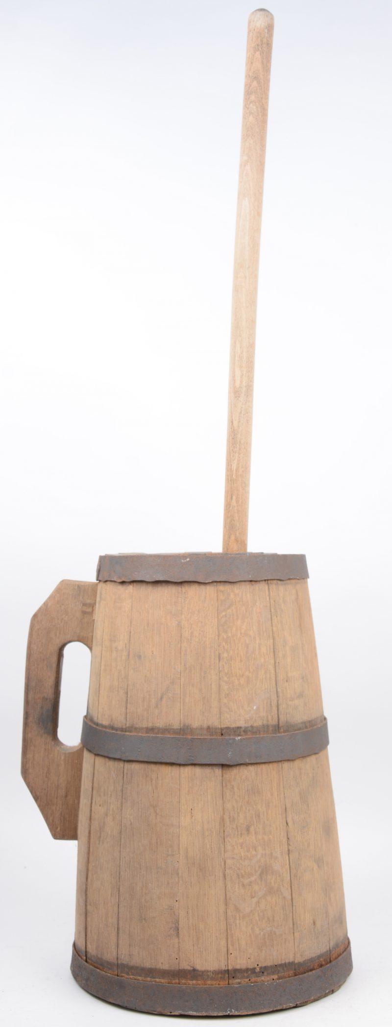 Een oude houten boterkarner.
