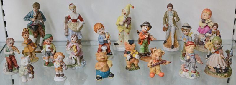 Een collectie beeldjes van meerkleurig biscuit.