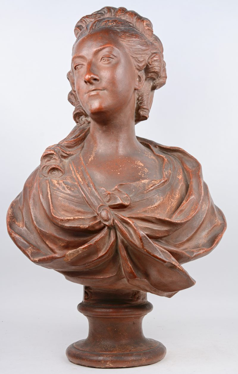 """Madame de Barry"" Een terracotta buste. Kleine beschadiging."