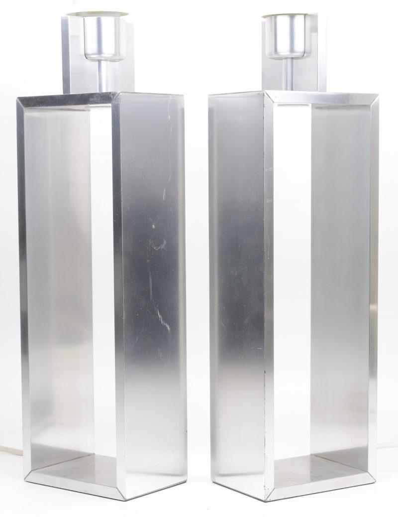 Een paar aluminium designlampvoeten.