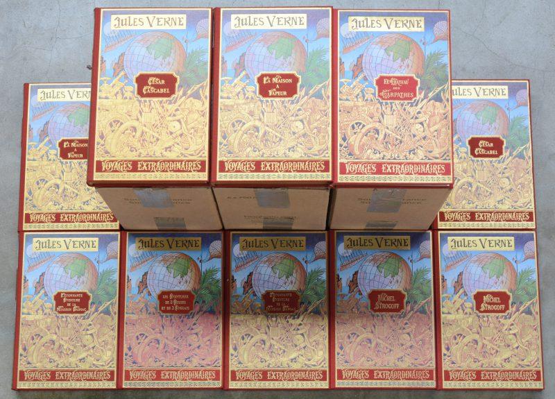 Een lot verzamelde werken van Jules Verne, uitgegeven bij Michel de l'Ormeraie te Parijs, omstreeks 1977. 24 delen, Franstalig.