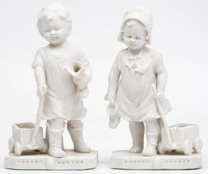 """""""Jongetje en meisje met speelgoedwagentje"""". Twee beeldjes van monochroom wit biscuit. Onderaan gemerkt."""