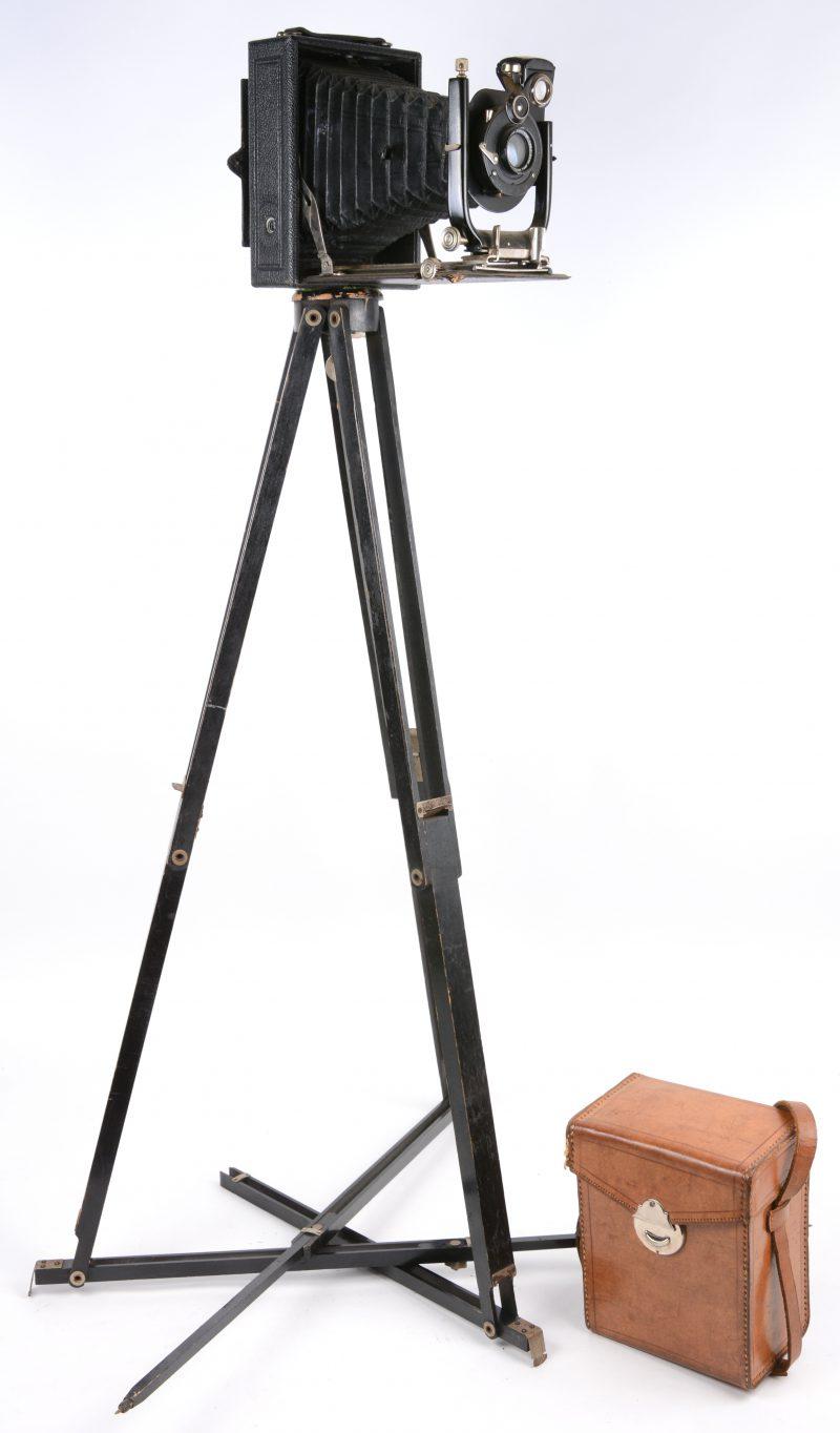 Een oude balgcamera met glasplaten. Op statief.