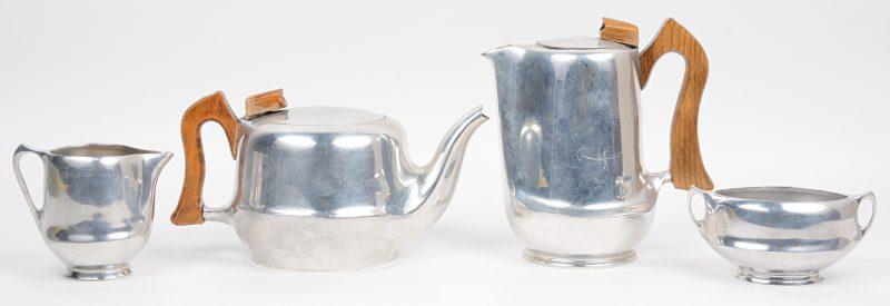 Een vierdelig koffie- en theestel van verzilverd metaal met houten handvatten. Onderaan gemerkt.
