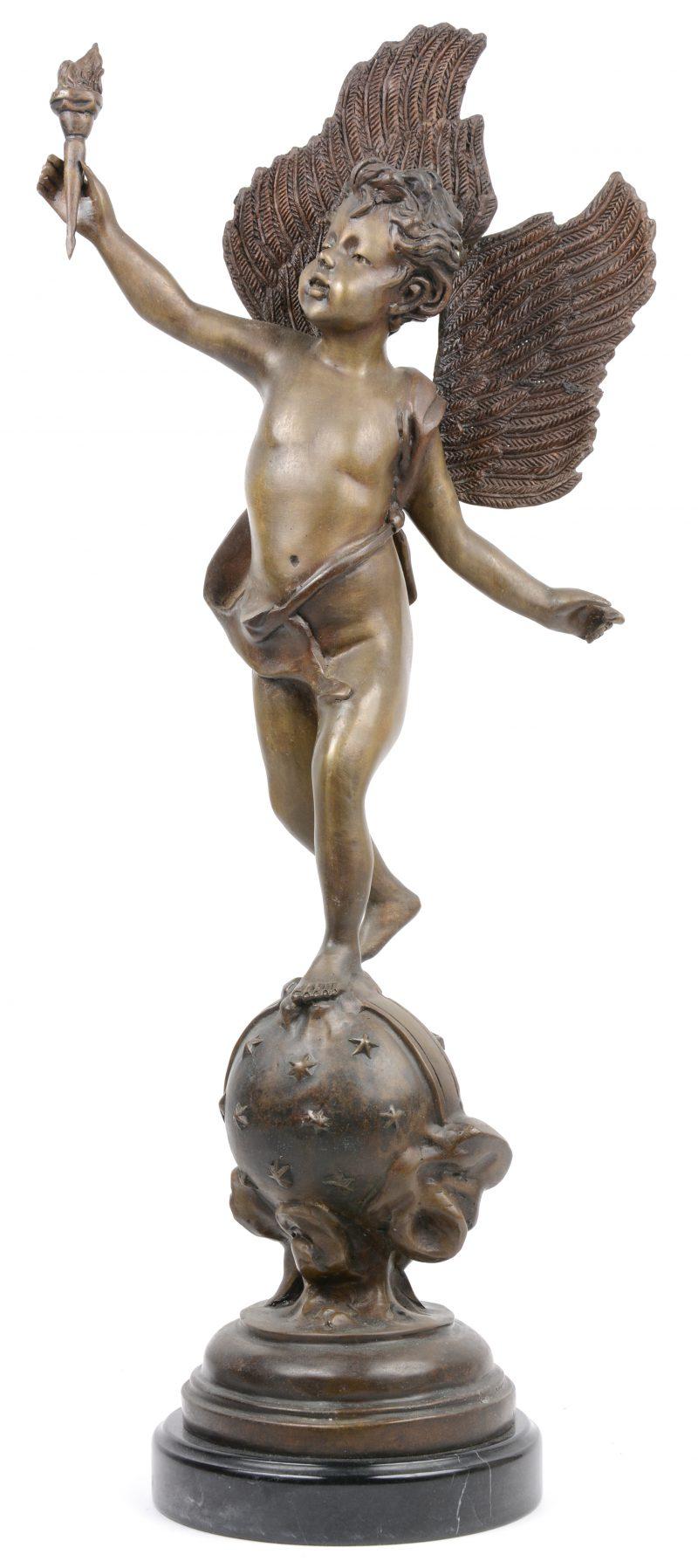 """""""Triomf"""". Een allegorisch bronzen beeld op zwart marmeren sokkel."""