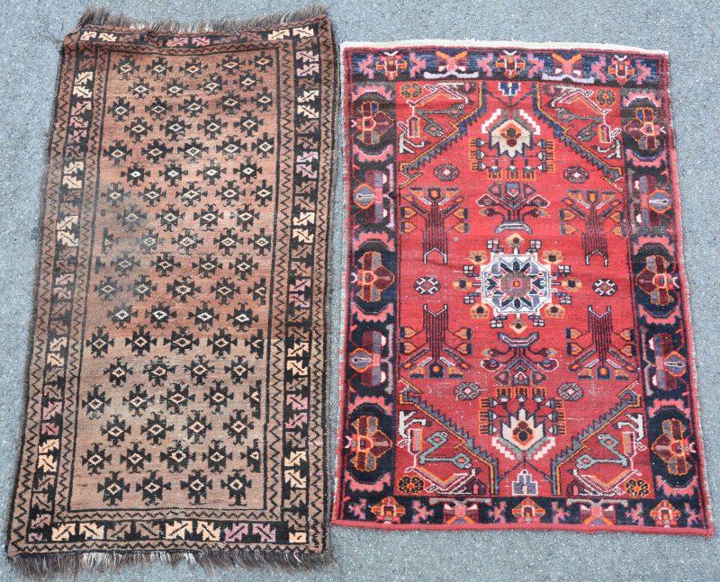 Twee handgeknoopte Oosterse wollen karpetjes.