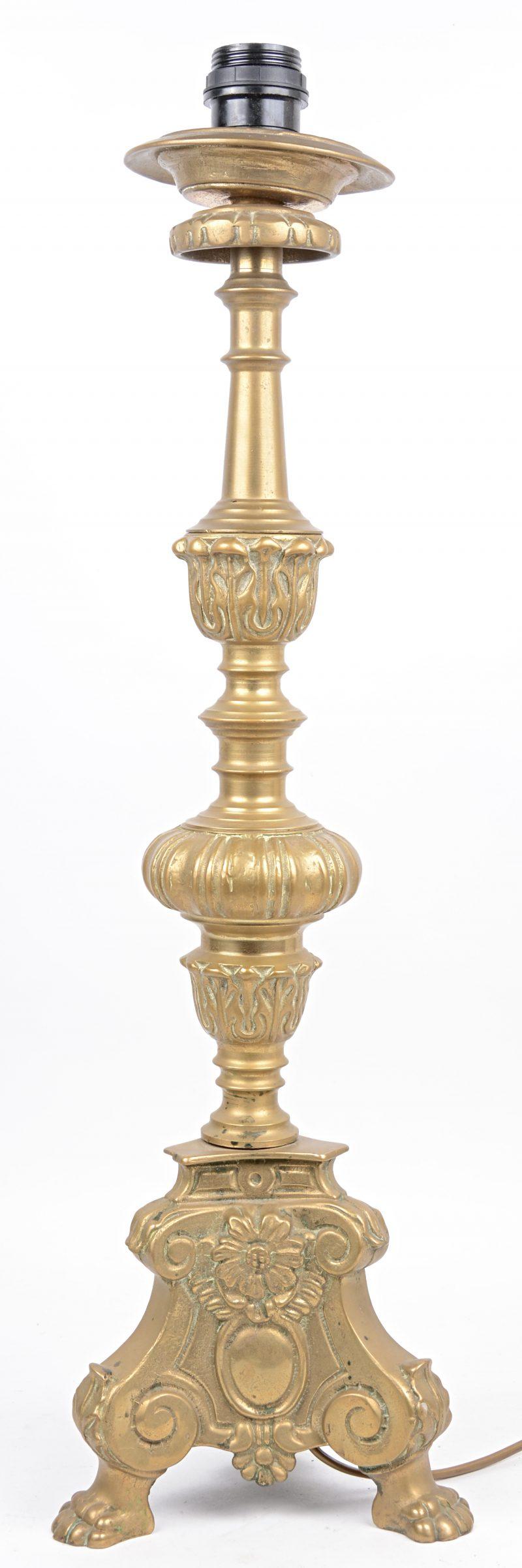 Een vol messingen kandelaar in barokke stijl, gemonteerd als lamp.