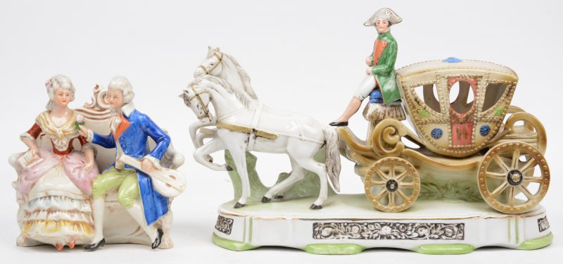 Een paardenkoets en een koppel van meerkleurig Duits porselein. Beide gemerkt onderaan.