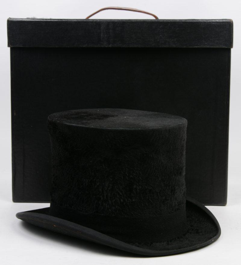 Een Amerikaanse hoge hoed van zwart vilt. In hoedendoos.